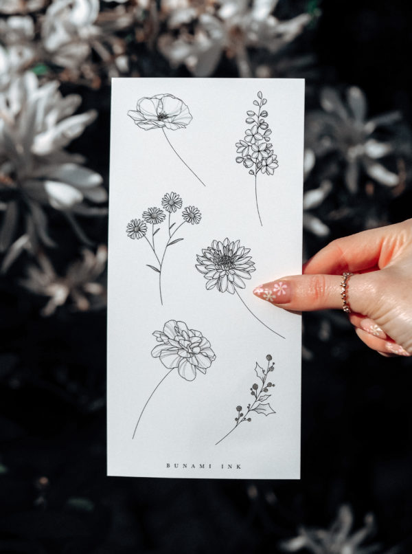 Temporary Tattoo Geburtsblumen 11D Geburtsblumen Juli–Dezember: zember: Mohnblume, Rittersporn, Aster, Chrisanthemum, Ringelblume (Marigold), Stechpalme (Holly Flower)